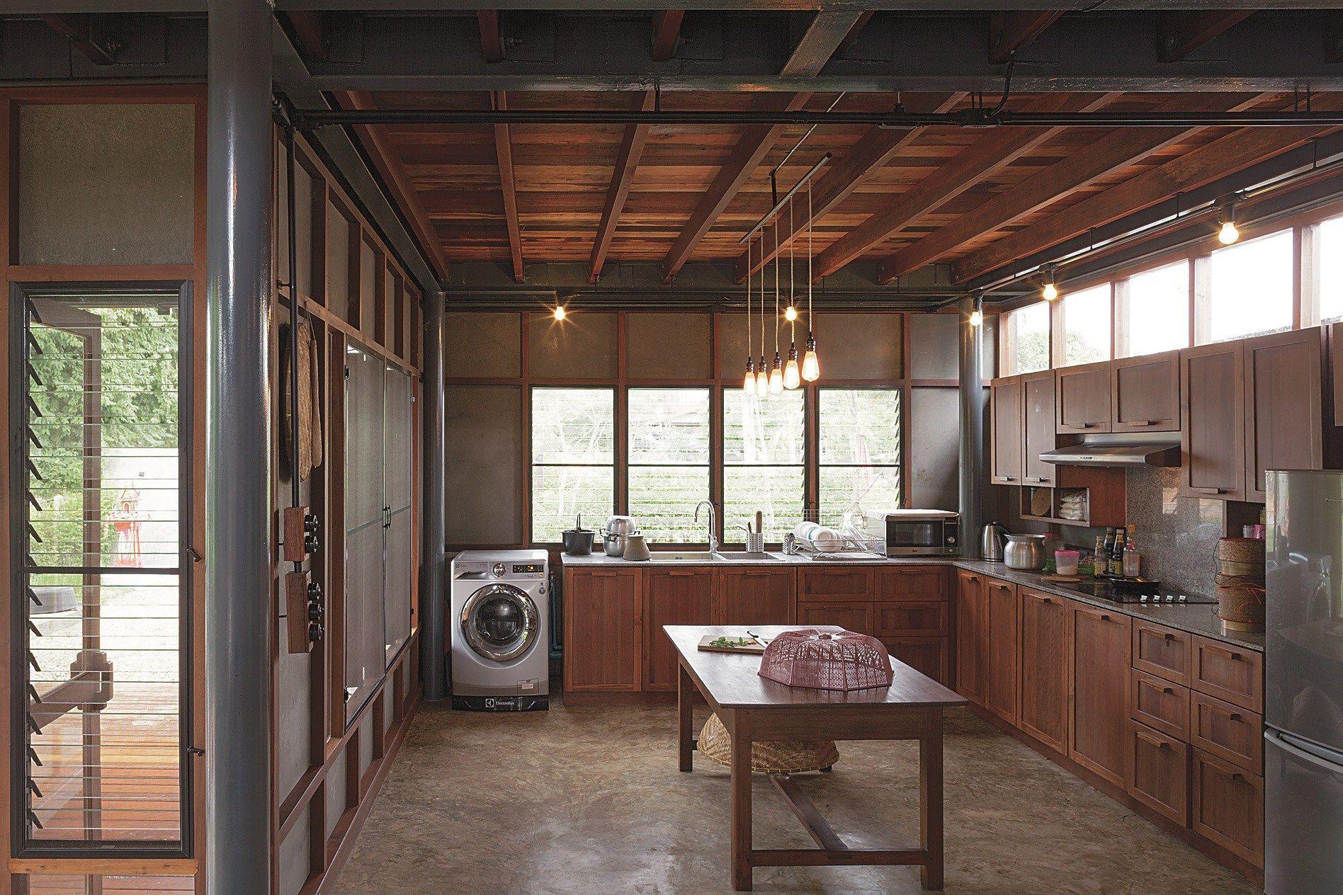 ห้องครัวแบบบ้าน ๆ แต่ประสานความสะดวกในการใช้สอยไว้ได้ดี | asian