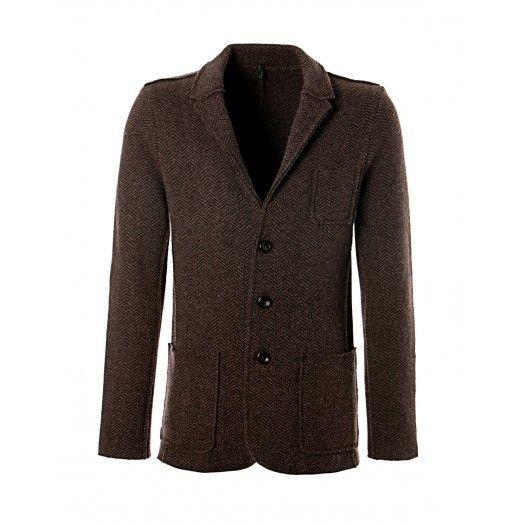 Giacca, in lana, con toppe sui gomiti, taglio monopetto con rever classico, due tasche sul fondo e piccolo taschino sul petto, chiusura a tre bottoni. Vestibilità regular.