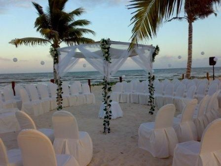 Love the idea of circular seating for destination wedding on the beach! Very intimate and romantic <3