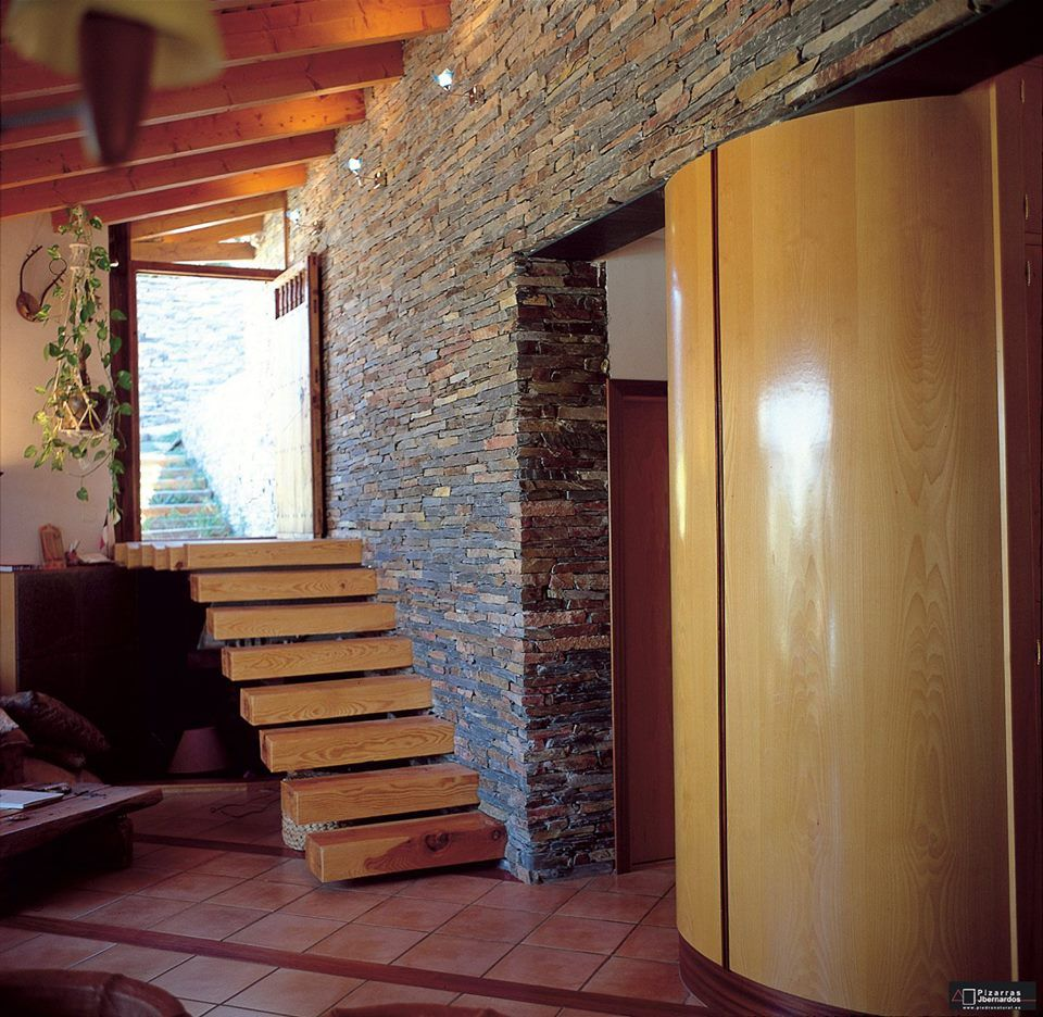 Revestimento con lajas de piedra natural en interior for Lajas de piedra natural