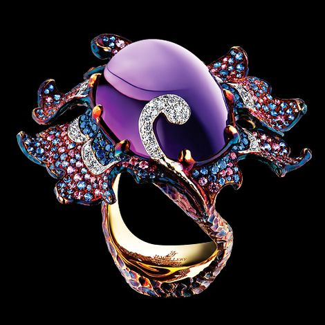 Delphinium Ring 18K yellow gold 1 oval cabochon amethyst 43,67 ct 101 diamonds 0,70 ct 168 pink sapphires 1,46 ct 223 light sapphires 1,95 ct 72 blue sapphires 0,55 ct