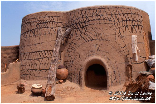 Travel photo gallery traditional kassena house kassena for Traditional american architecture