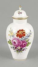 Deckelvase, Meissen, Marke nach 1934, Deputat, polychrome Blumenmalerei, Dekor Blumenbouquet, Goldrand, H. 25 cm