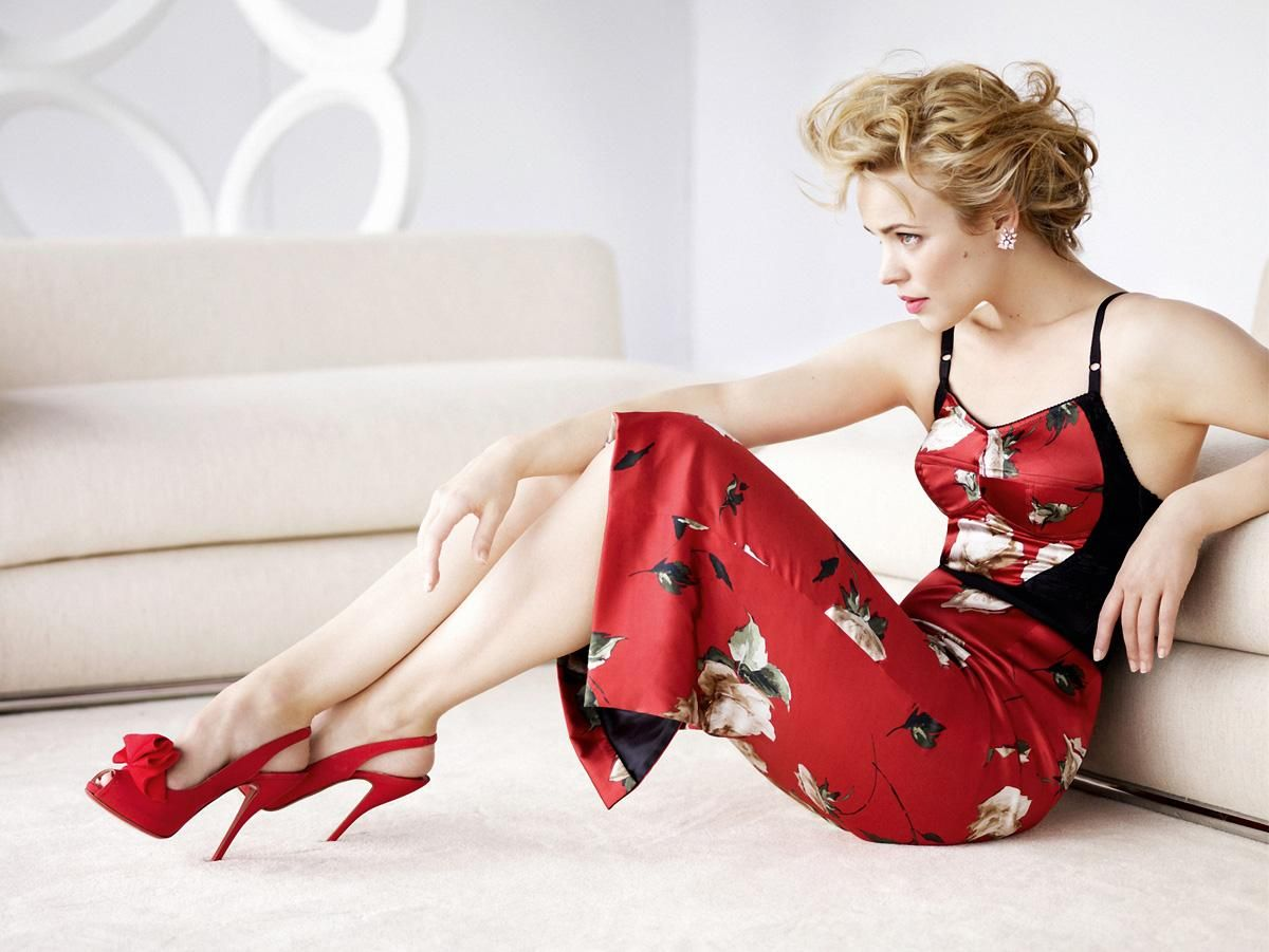 Rachel McAdams with fierce red shoes!