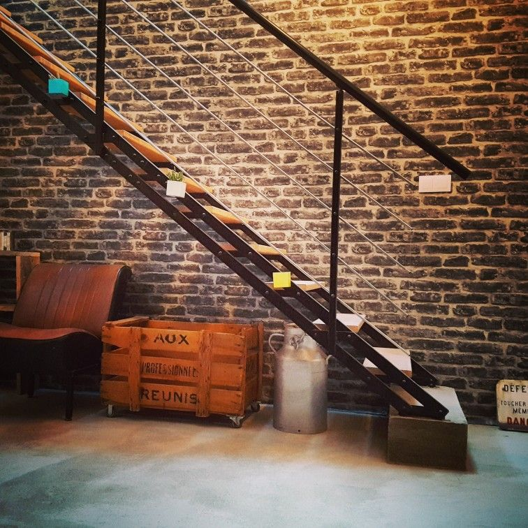 déco vintage. escalier leroy merlin. mur papier peint imitation