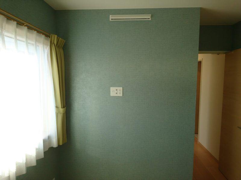 壁紙が張られて 窓にもカーテンが 部屋らしくなりました 真ん中に
