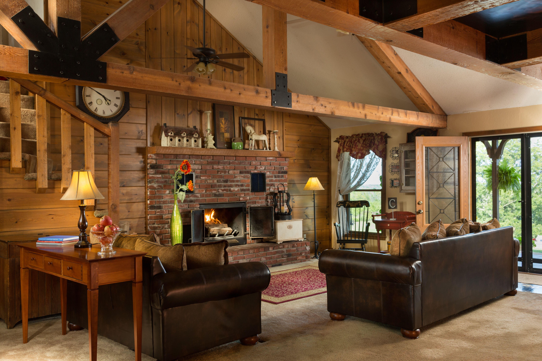 Cozy common room at Cedar Crest Lodge in Pleasanton, KS