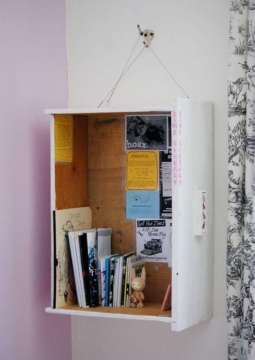 gaveta pintada na parede a servir de prateleira de apoio