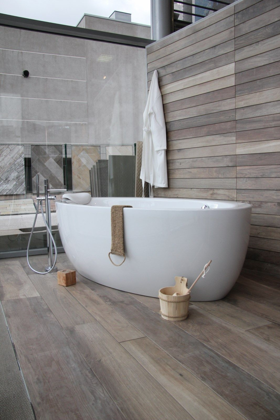 baignoire ilot,sur bois décor chalet  Salle de bain design, Idée