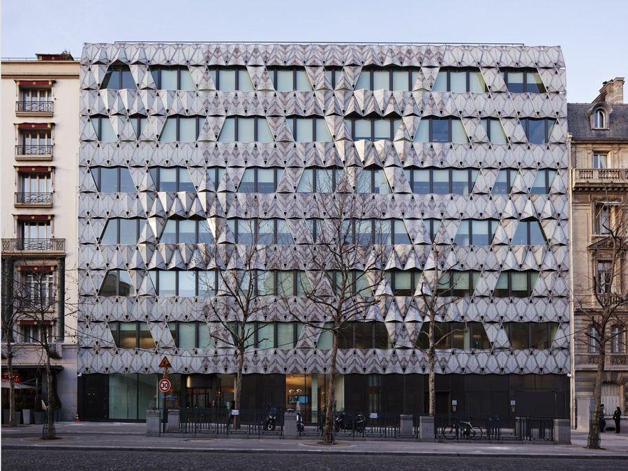 Esse é o incrível 'Origami Office Building', que fica na famosa cidade luz Paris. E, como o próprio nome diz, é uma construção inspirada nos origamis.