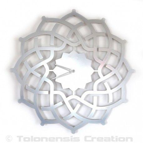 Superbe horloge orientale Arabesque couleur argent 60 cm signée Tolonensis Creation. Une réalisation unique sur le réseau.