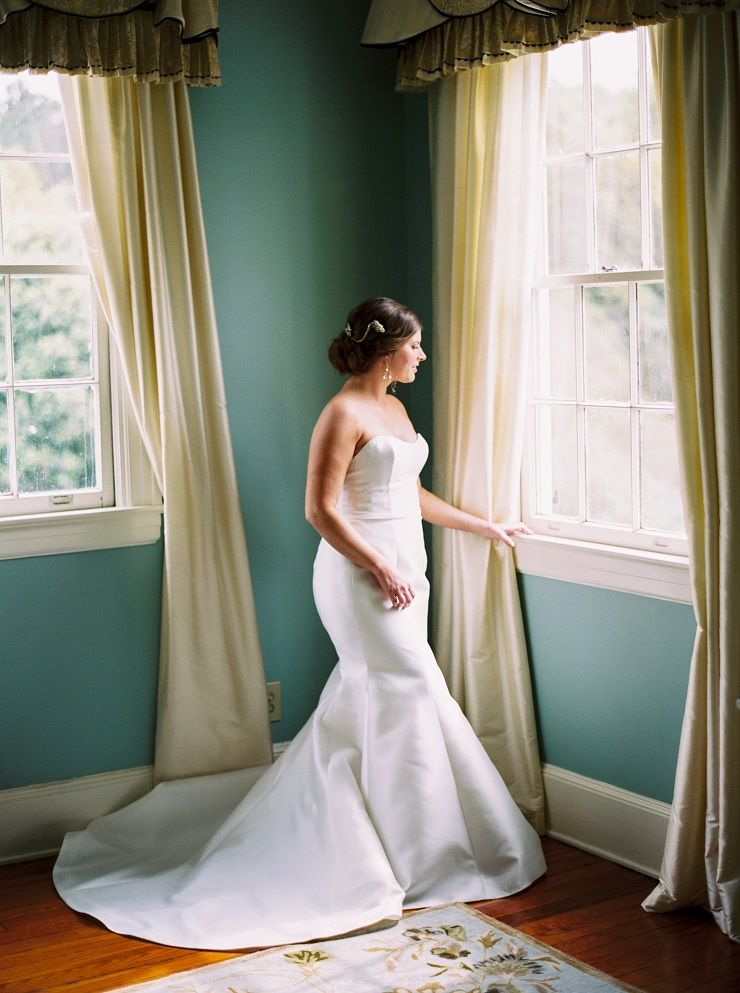 A bride in a strapless wedding gown | fabmood.com