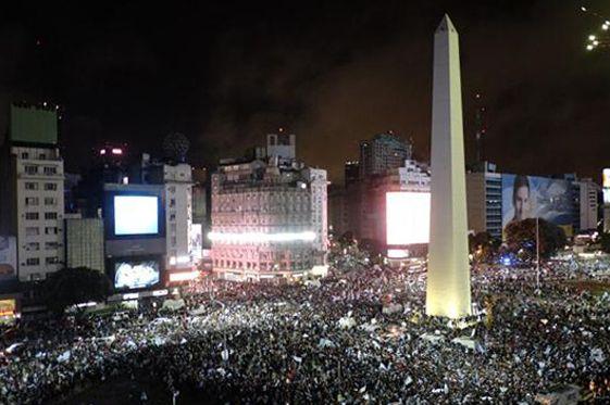 #mapsology presenta: Antes y Después. El Obelisco en el día de la Bandera en 1936 y el Obelisco en el día de la independencia en el 2014.