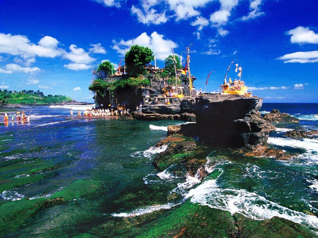 Tempel im Wasser Tanah Lot vor der Küste von Bali in