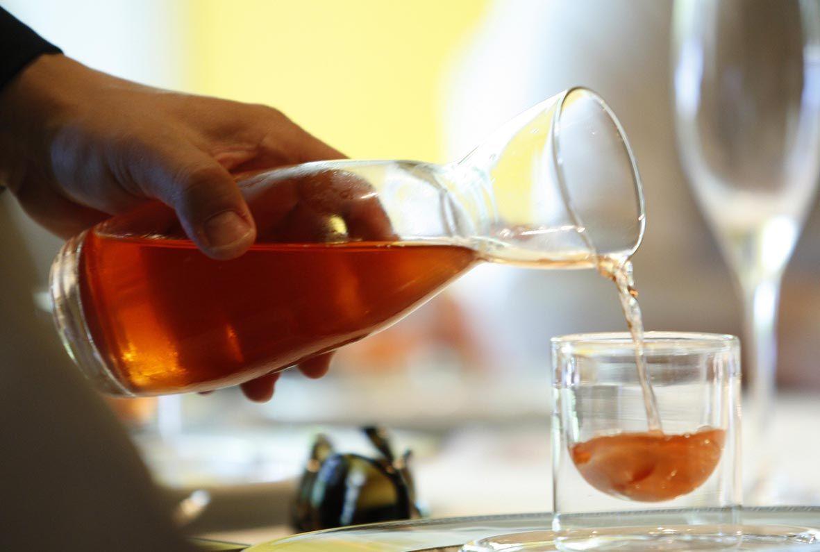 El vinagre es un líquido miscible en agua, con sabor agrio, que proviene de la fermentación acética del vino y manzana.