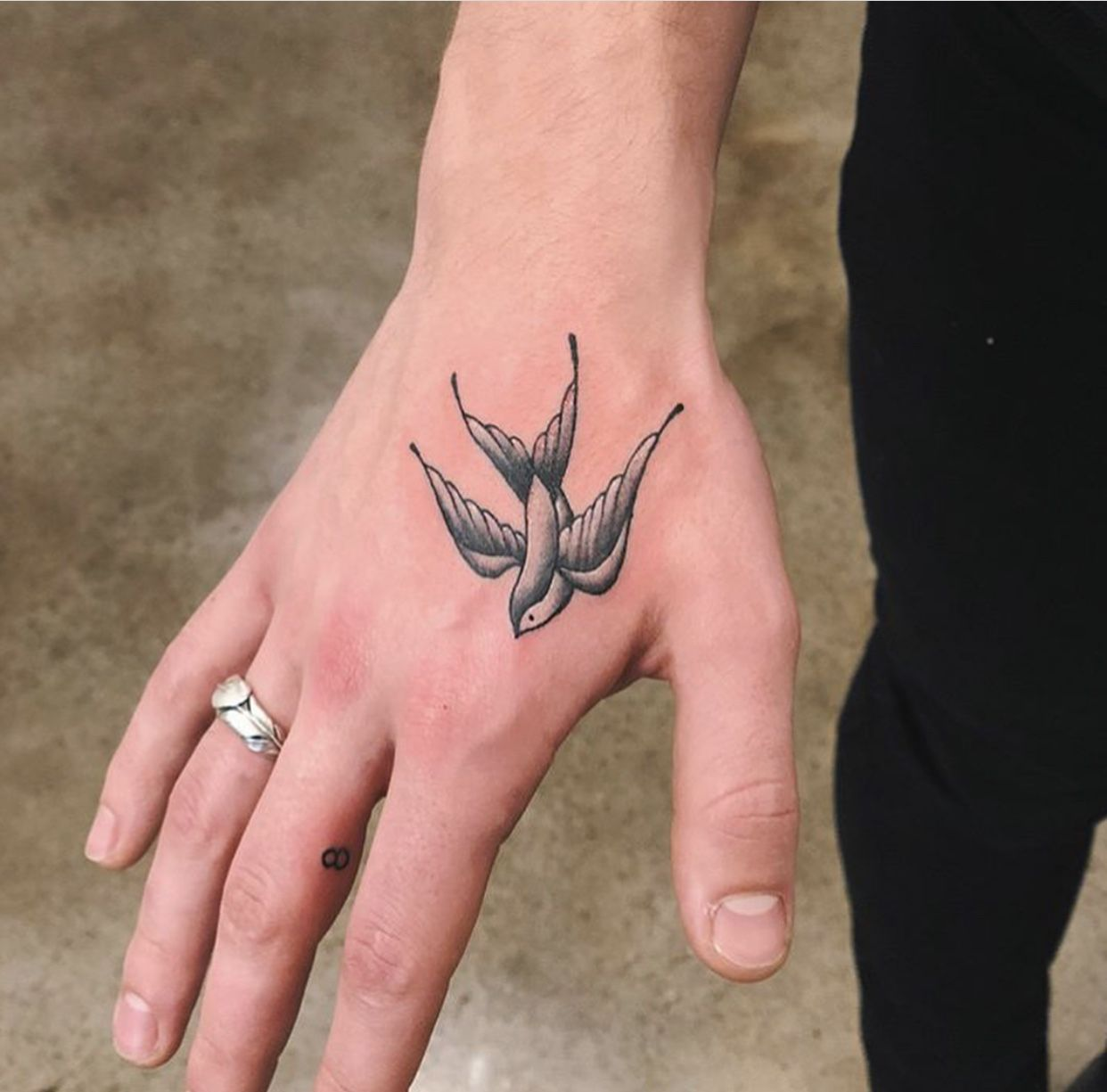 Pin De Bella Mitchell Em Shawn Mendes Tatuagem De Passaros Tatuagem Na Mao Tatuagens No Dedo Masculinas