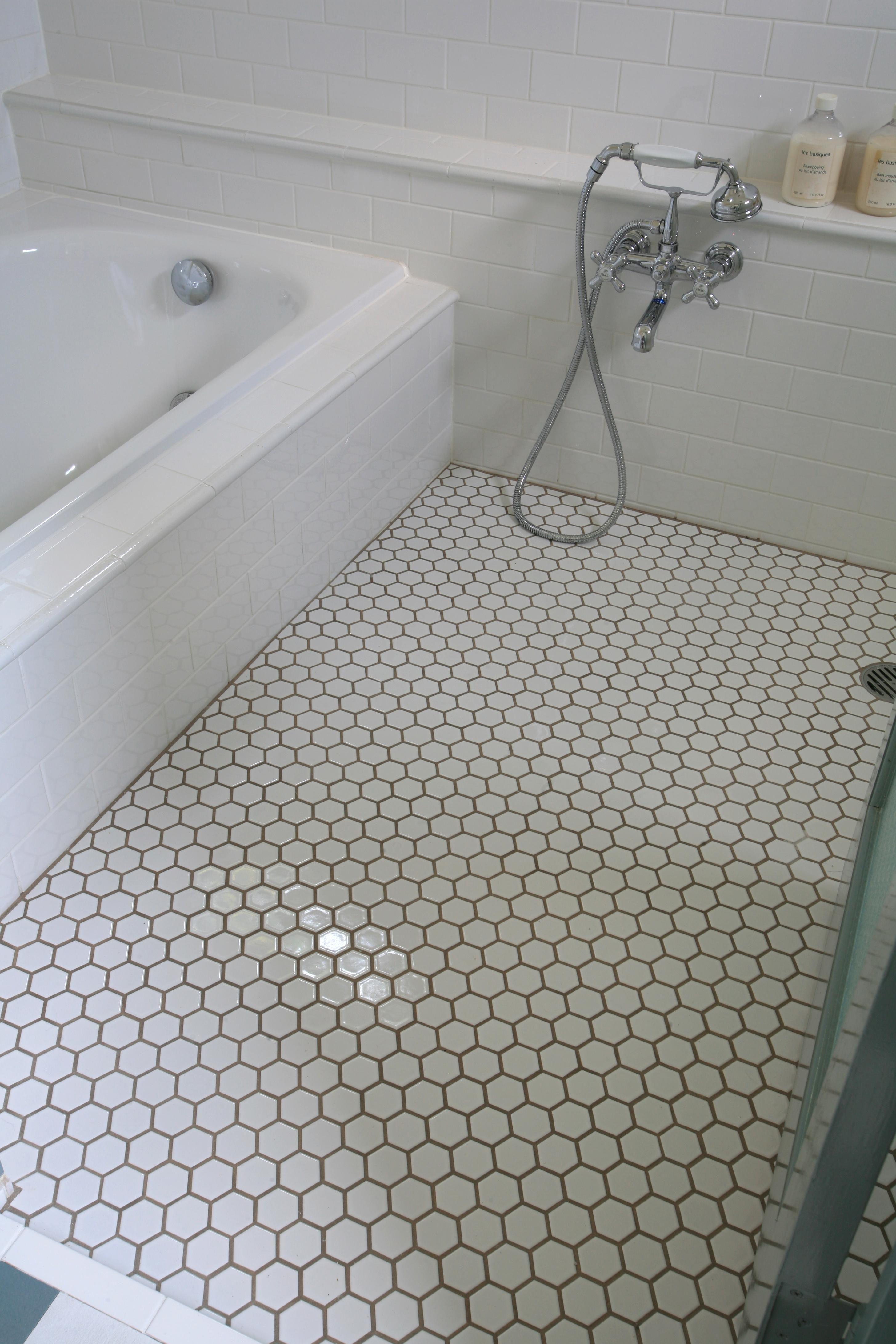 専門家 が手掛けた 六角タイルのバスルーム床材 M邸 の詳細ページ
