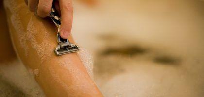 Cómo Eliminar Los Pelos Encarnados Y Las Manchas Negras En Tus Piernas Ehow En Español Ingrown Hair Ingrown Leg Hair Ingrown Hair Remedies