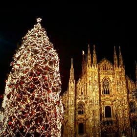 E con lo scatto di Antoine Laguerre vi auguriamo uno splendido sabato sera #milanodavedere Milano da Vedere
