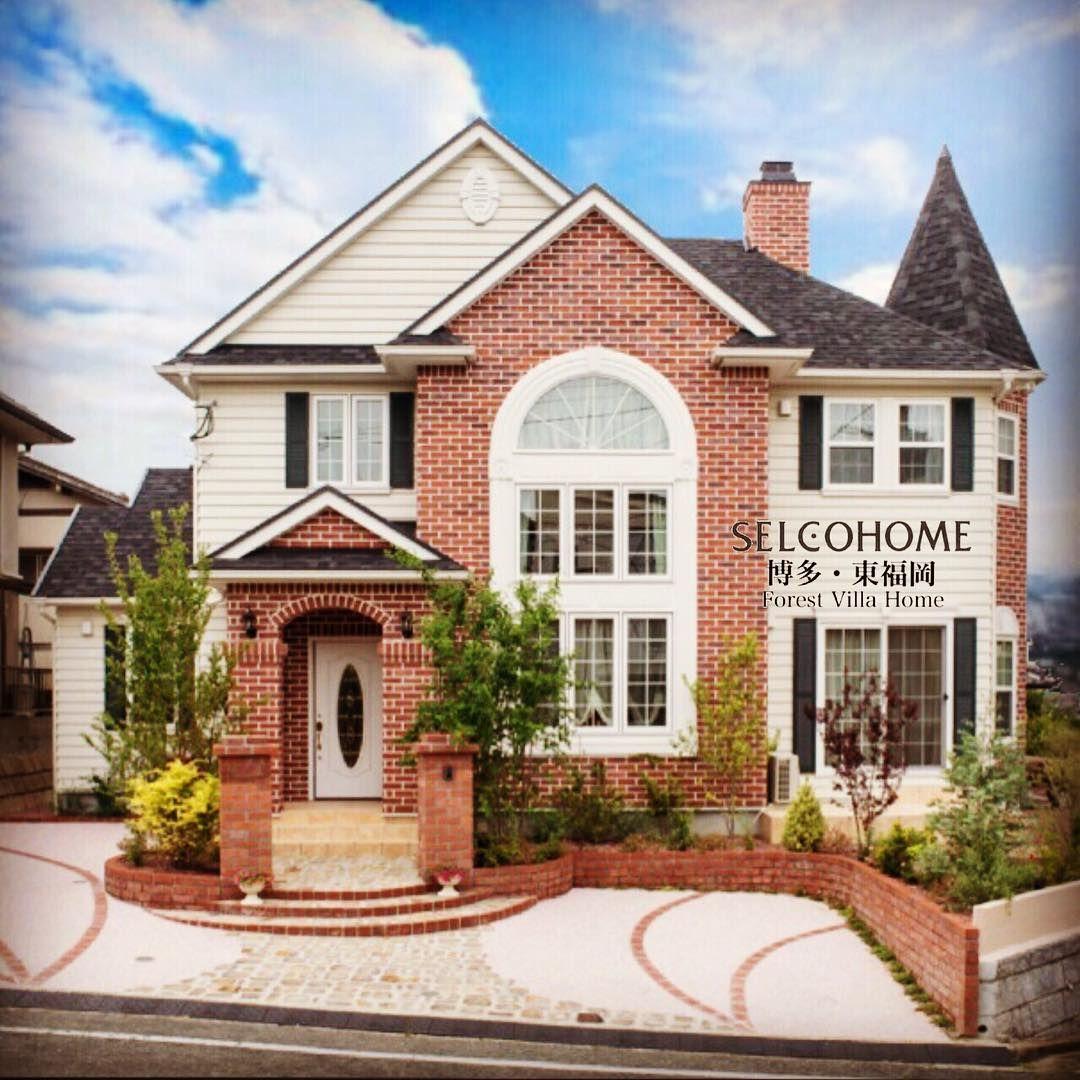 アクセントレンガと R窓とモールディングのバランスが絶妙な家です