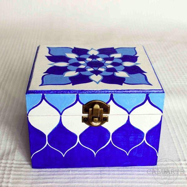 Caja de madera pintada a mano de caluarte por for Muebles alvero