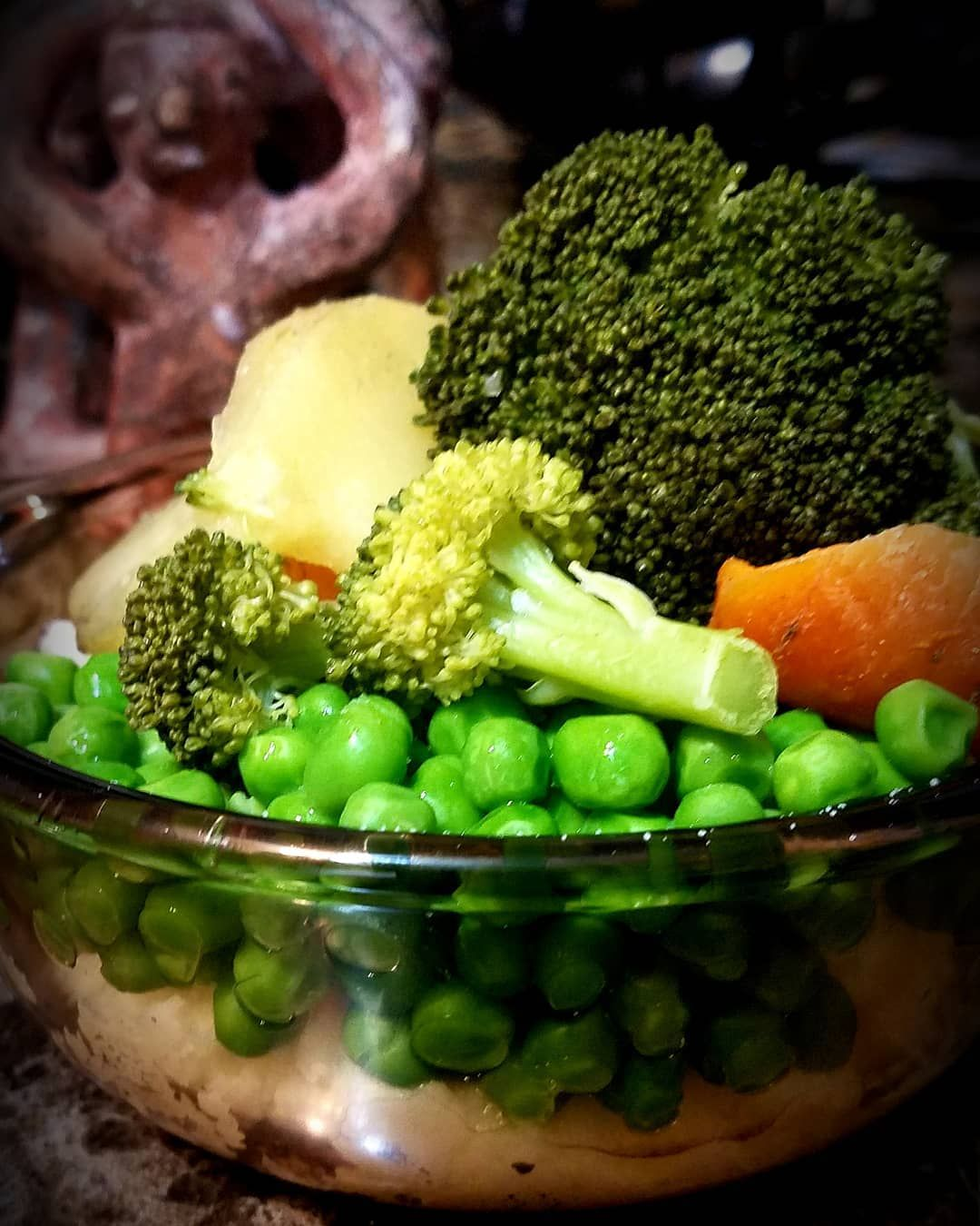 Hot Veggie Bowl Steamed Peas Carrots Broccoli Potatoes Served Over A Hot Bed Of Mashed Potatoes Steam Broccoli And Potatoes Vegan Dinners Veggie Bowl