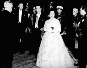 Sarah e Juscelino Kubitschek na recepção no Palácio do Planalto, 21/4/1960
