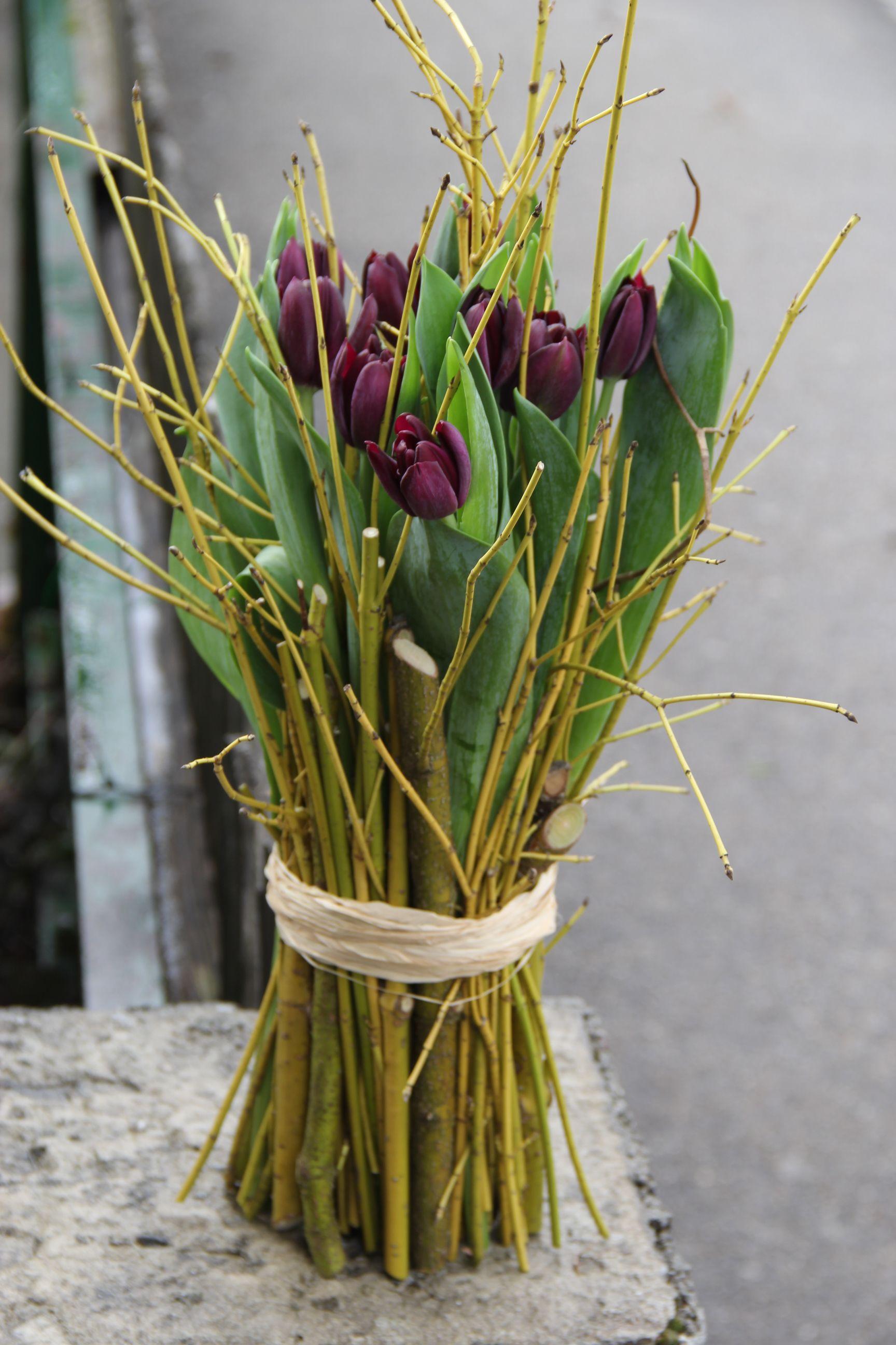 Exklusive Fruhlingsfloristik Violette Tulpen Zu Stehstrauss Arrangiert Blumenarrangements Einfach Moderne Blumenarrangements Tulpen