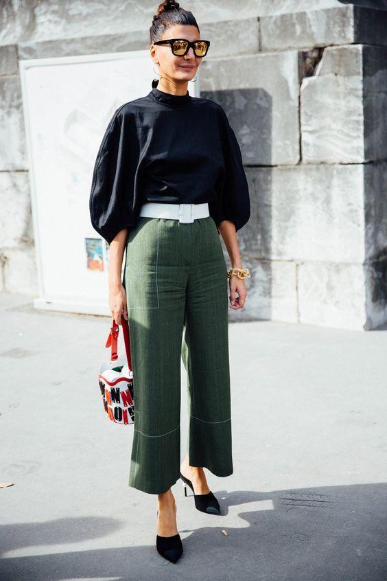 Blusa preta com manga bufante, cinto branco, calça de alfaiataria verde militar, tamanco scarpin preto