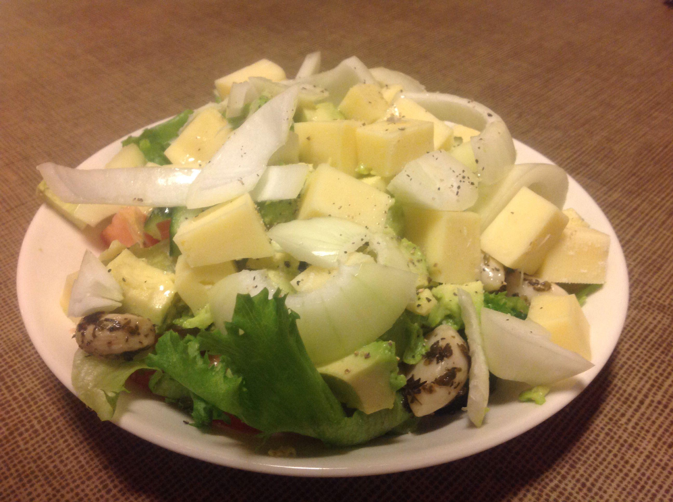 Made by Paavo  Tomaattia, jääsalaattia, kurkkua, avokadoa, marinoituja valkosipulin kynsiä, juustokuutioita, sipulia, sitruunaoliiviöljyä, sitruunapippuria