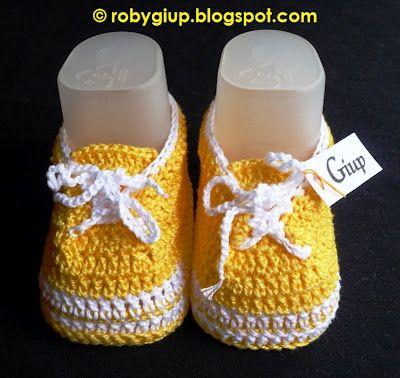 """RobyGiup handmade: Scarpine da neonato (taglia 0-3 mesi) in cotone lavorato all'uncinetto, modello tipo """"Superga"""", con stringhe - Newborn shoes (size 0-3 months) in crocheted cotton, """"Superga"""" style, with shoe laces"""