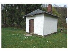 Goed onderhouden grondstuk voor recreatieve doeleinden met een klein massieve huisje