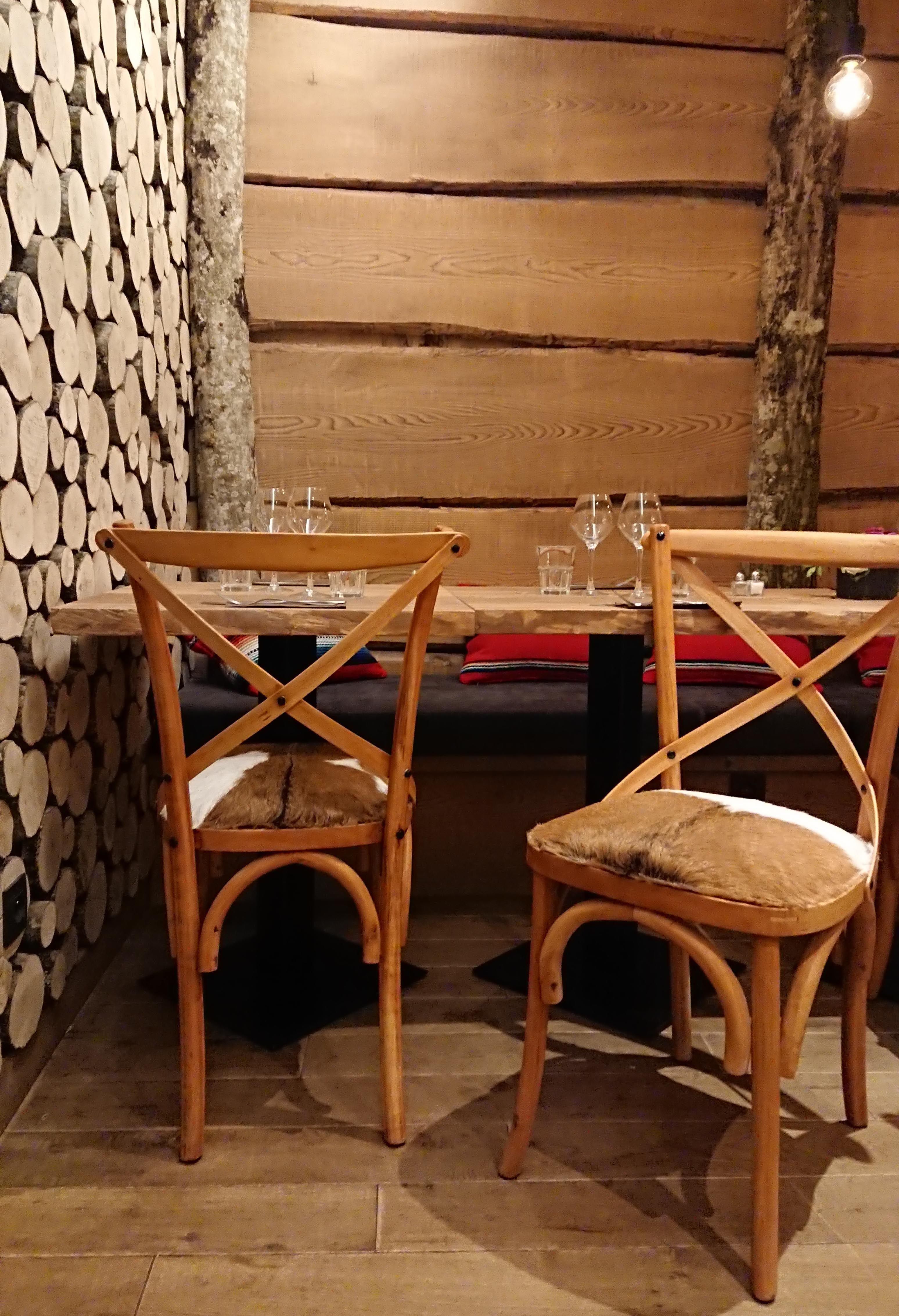 Le Must De L Elegance Dans Une Deco Chalet Les Chaises En Peau De Chevre Decor Wishbone Chair Home Decor