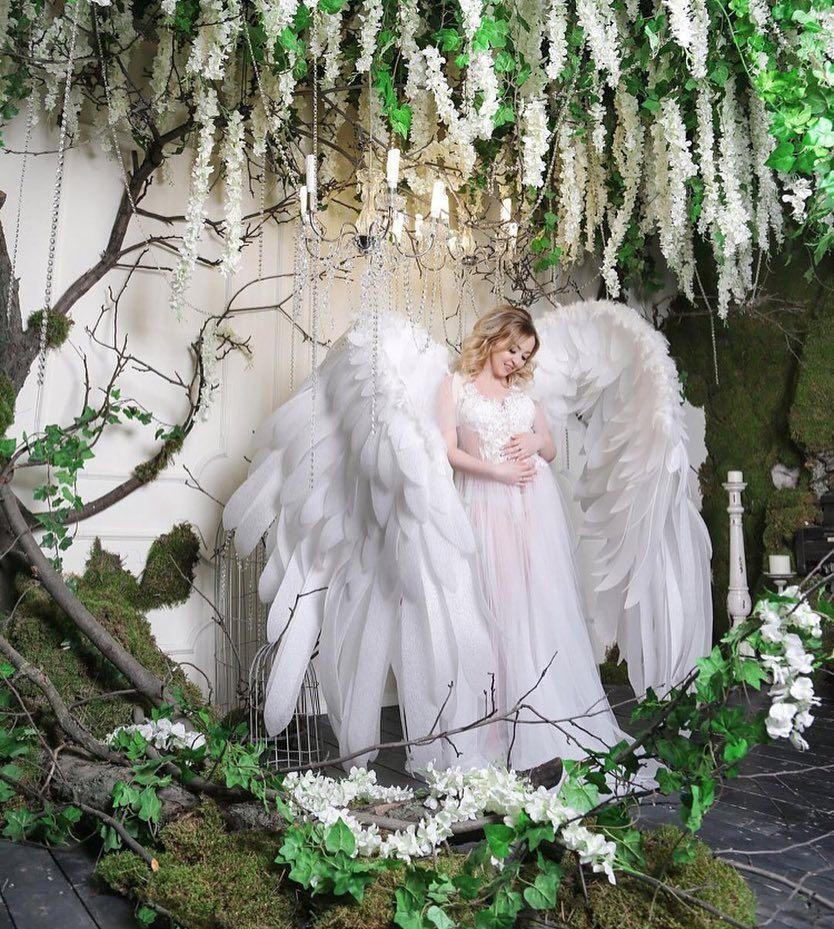 муку тесто, свадебная фотозона с крыльями ангела обнажилась села шпагат