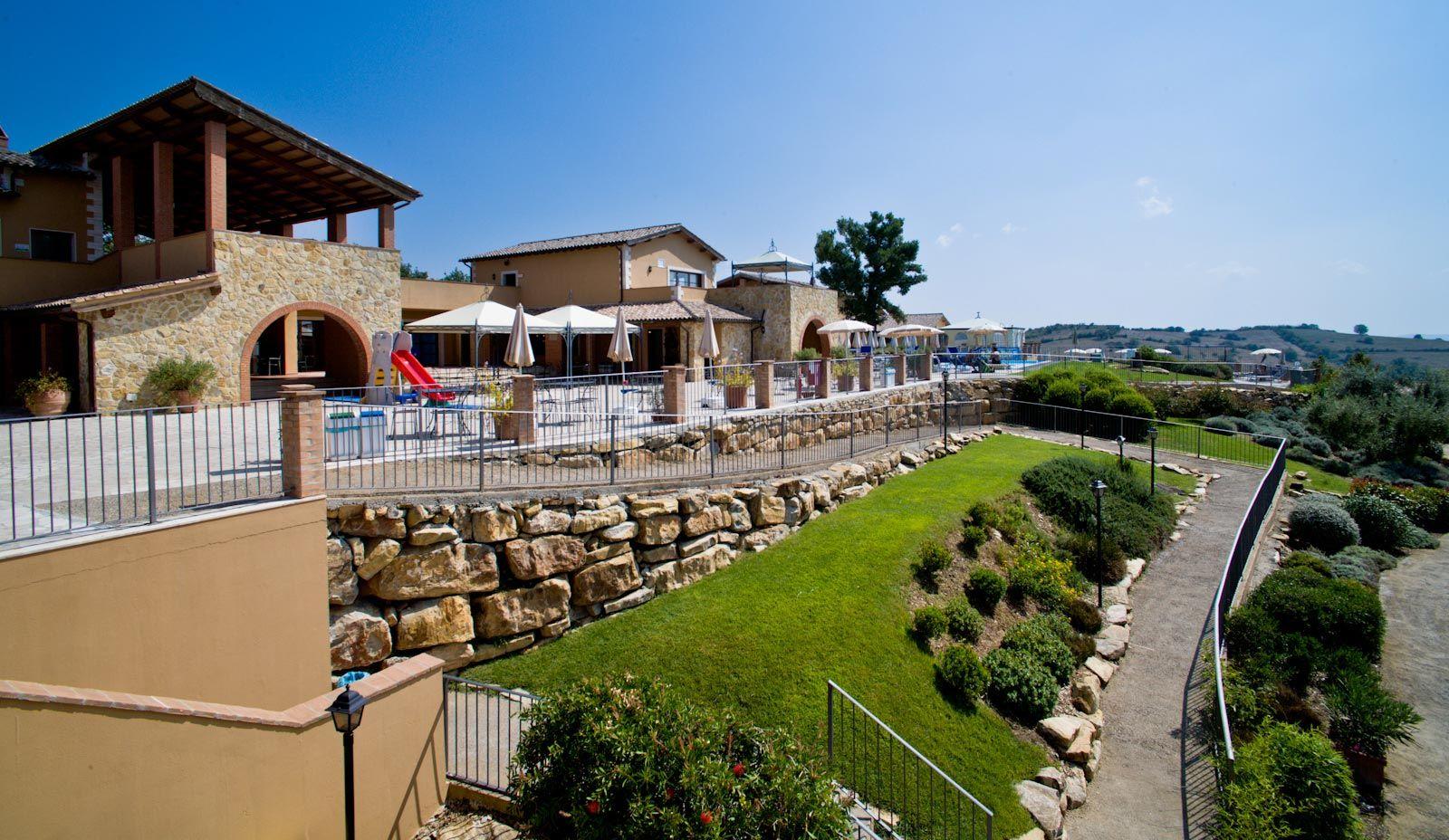 Magliano Resort e' situato a circa 1,5 km dal