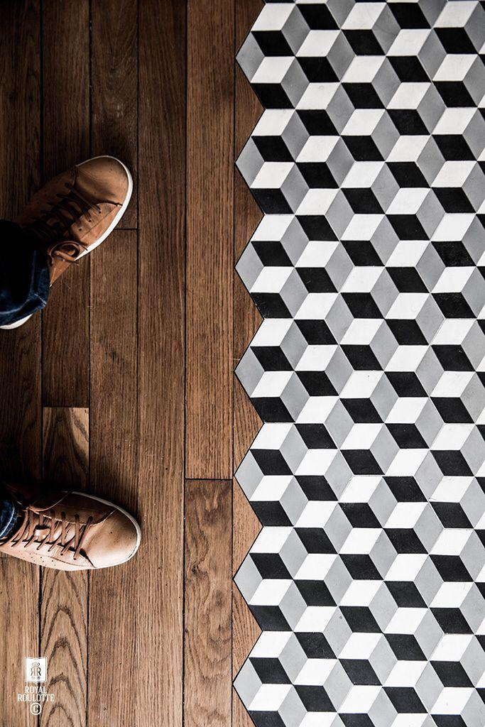 Oak Floorboards Mixed With Black White And Grey Geometric Floor Tiles To Create Transitional Flooring Diseno Del Azulejo Piso De Madera Pisos De Cocina