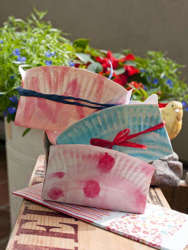 A walk in the park: DIY mini baskets for fresh fruit made of paper plates and painted with food coloring (so they're kid-safe)  /// DIY-Obstkörbchen für's Sommer-Picknick  *by Deli From The Valley
