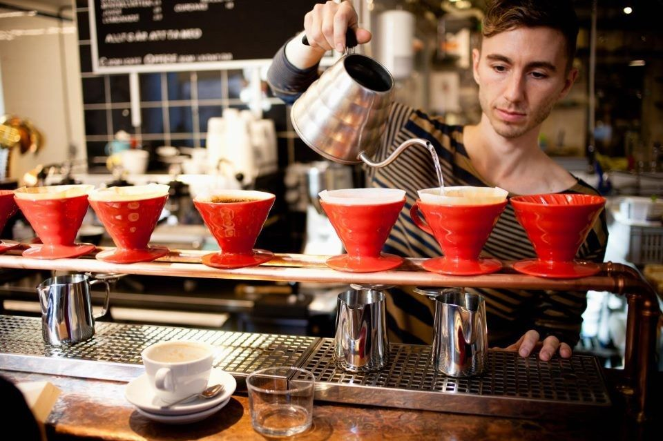 Smal plade med huller, hvori der sidder porcelæns filterholdere. Sådan kan en enkelt kop/kande filterkaffe brygges helt frisk og nemt. Evt kan også bruges fritstående holdere til porcelænsfiltre. Men denne løsning giver et flot udtryk og tager gæsten helt tæt på brygningen, som dermed får en mere fuldendt kaffeoplevelse.