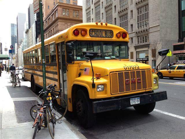 Lovely old, yellow schoolbus in New York. Ihana vanhanaikainen keltainen koulubussi Nycissä.