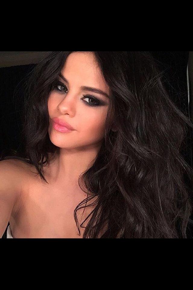 Jet Black Hair With Chocolate Brown Highlights Google Search Selena Gomez Hair Selena Gomez Photos Selena Gomez Makeup