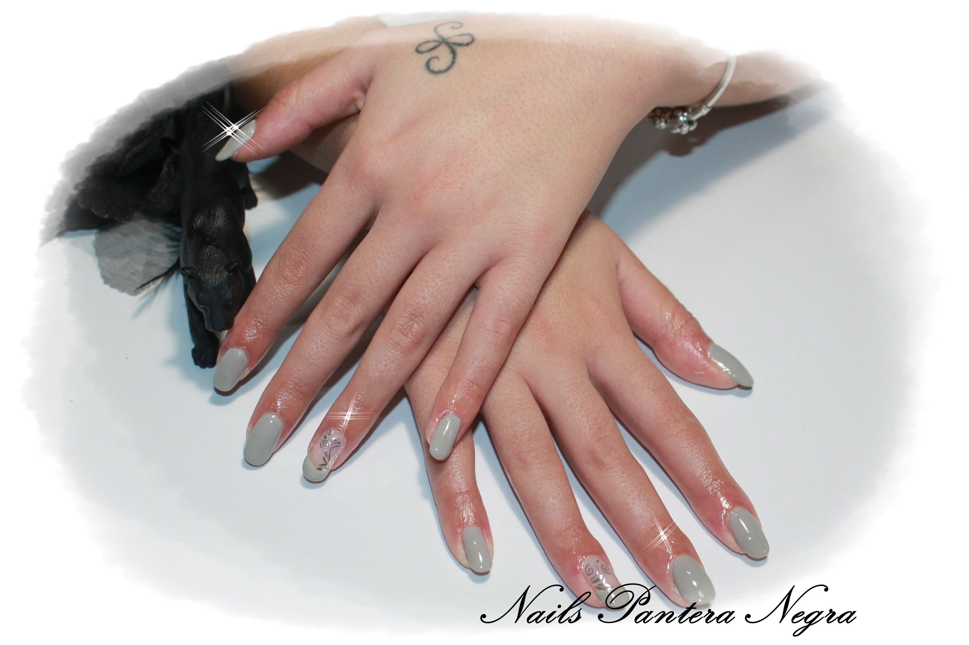 Unhas em gel cor cinza claro em formato oval