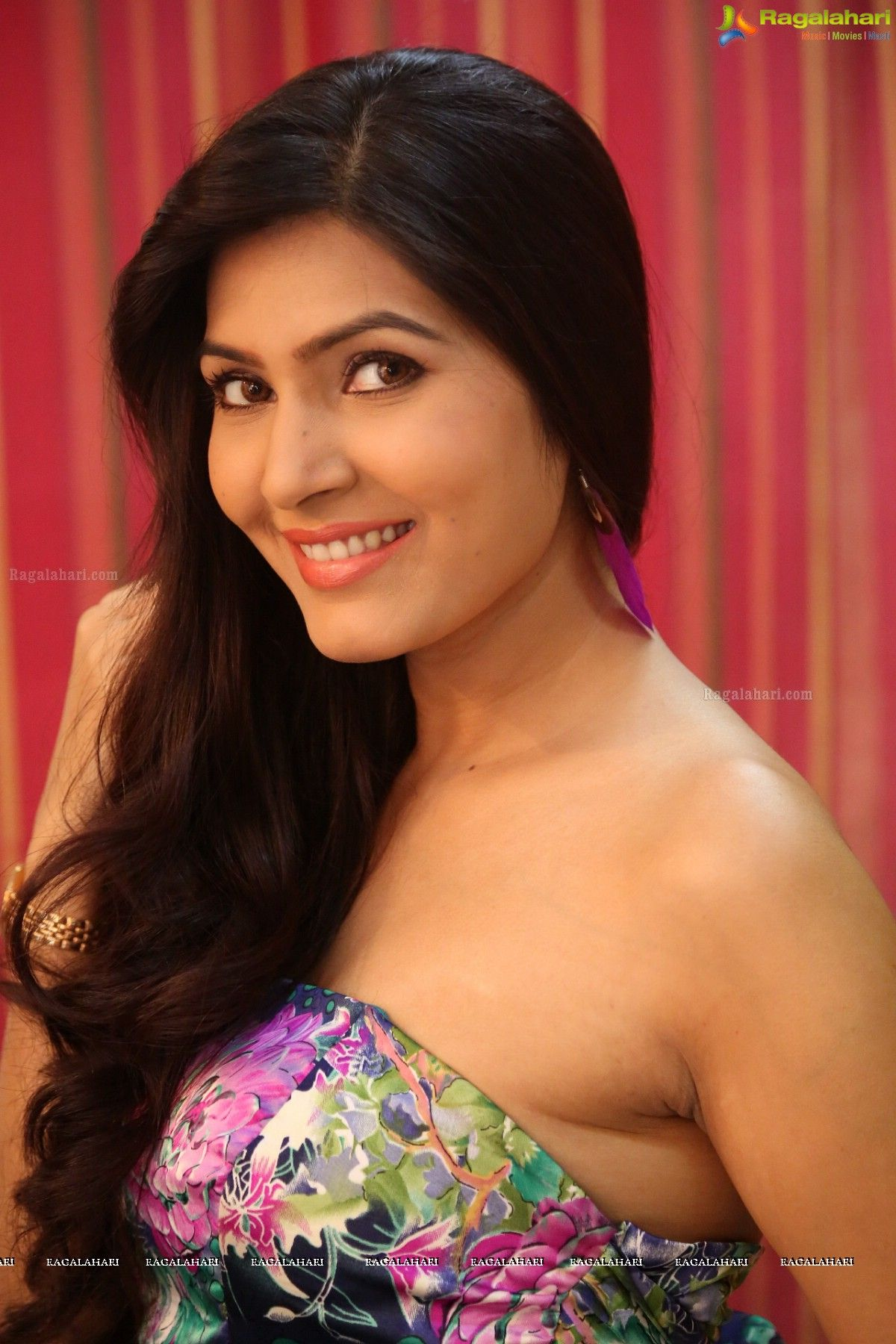 hot sangeetha images mouth