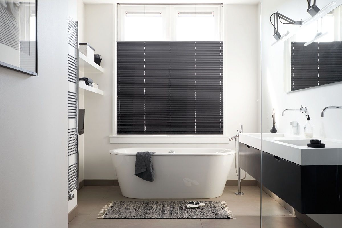 Raamdecoratie In Badkamer : Verduisterend plisségordijn van bece voor in de badkamer