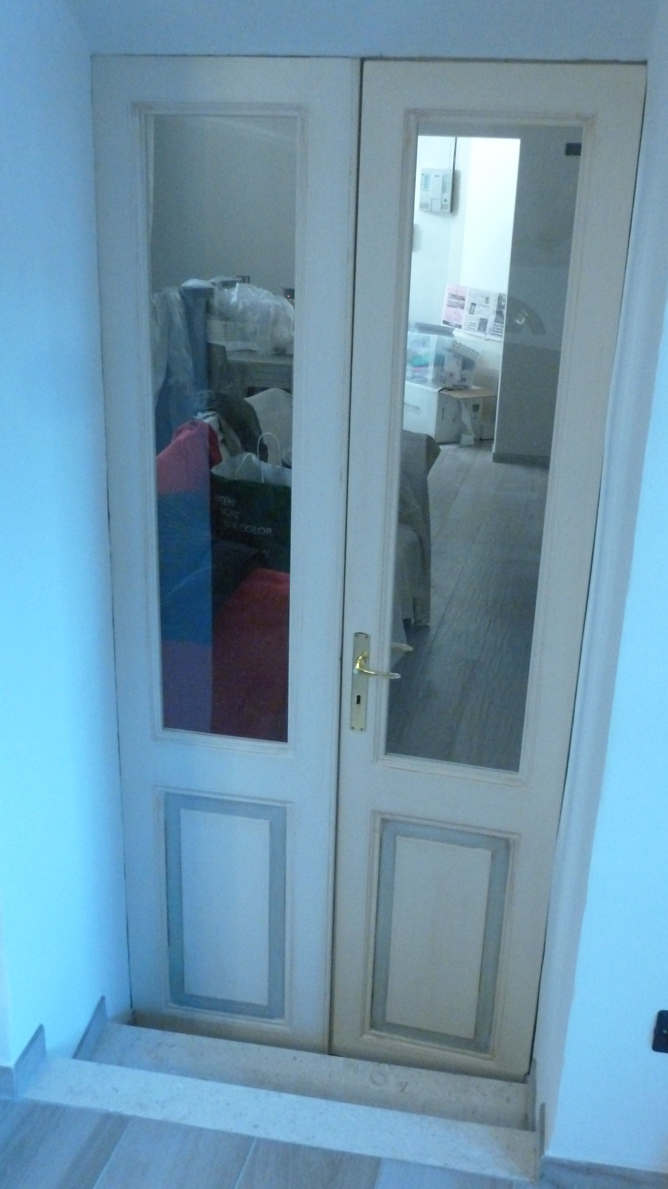 Porta interna a due ante con pannello inferiore e vetro soprastante ...