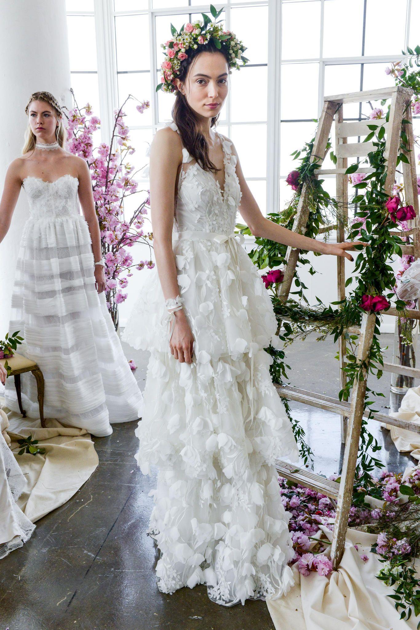 Das sind die schönsten Brautkleider-Trends 2018! Transparente Stoffe, viel  Spitze, 3D-Details und ausladende Volants. 687828825e