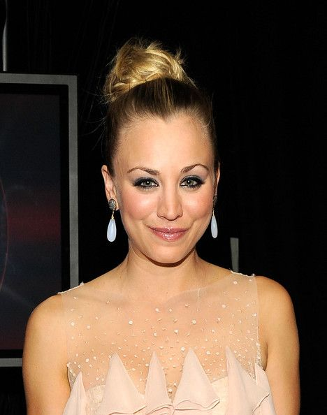 Kaley Cuoco hosted the People's Choice Awards flawlessly. The actress took on her hosting role with a slew of outfit changes and sported a pair of show-stopping Blue CandyJewelry earrings. The earrings were Blue Candy Jewelry's Chalcedony Teardrops with Pave Diamond posts and were paired with an elegantly tiered blush tone dress.