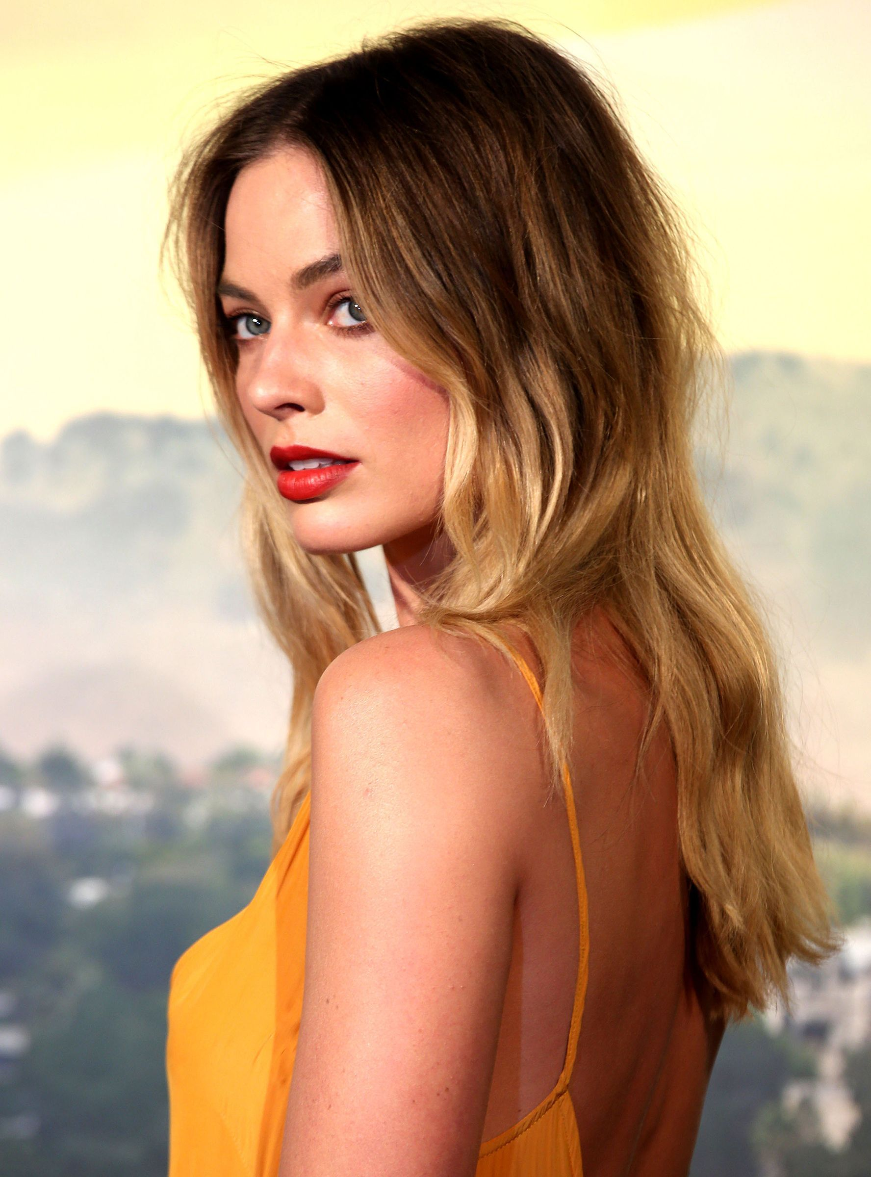 Rooted Citrine Blonde Is The Breakout Hair Colour Trend Of Fall 2019 Refinery29 Margot Robbie Hair Blonde Hair With Highlights Hair Color Trends