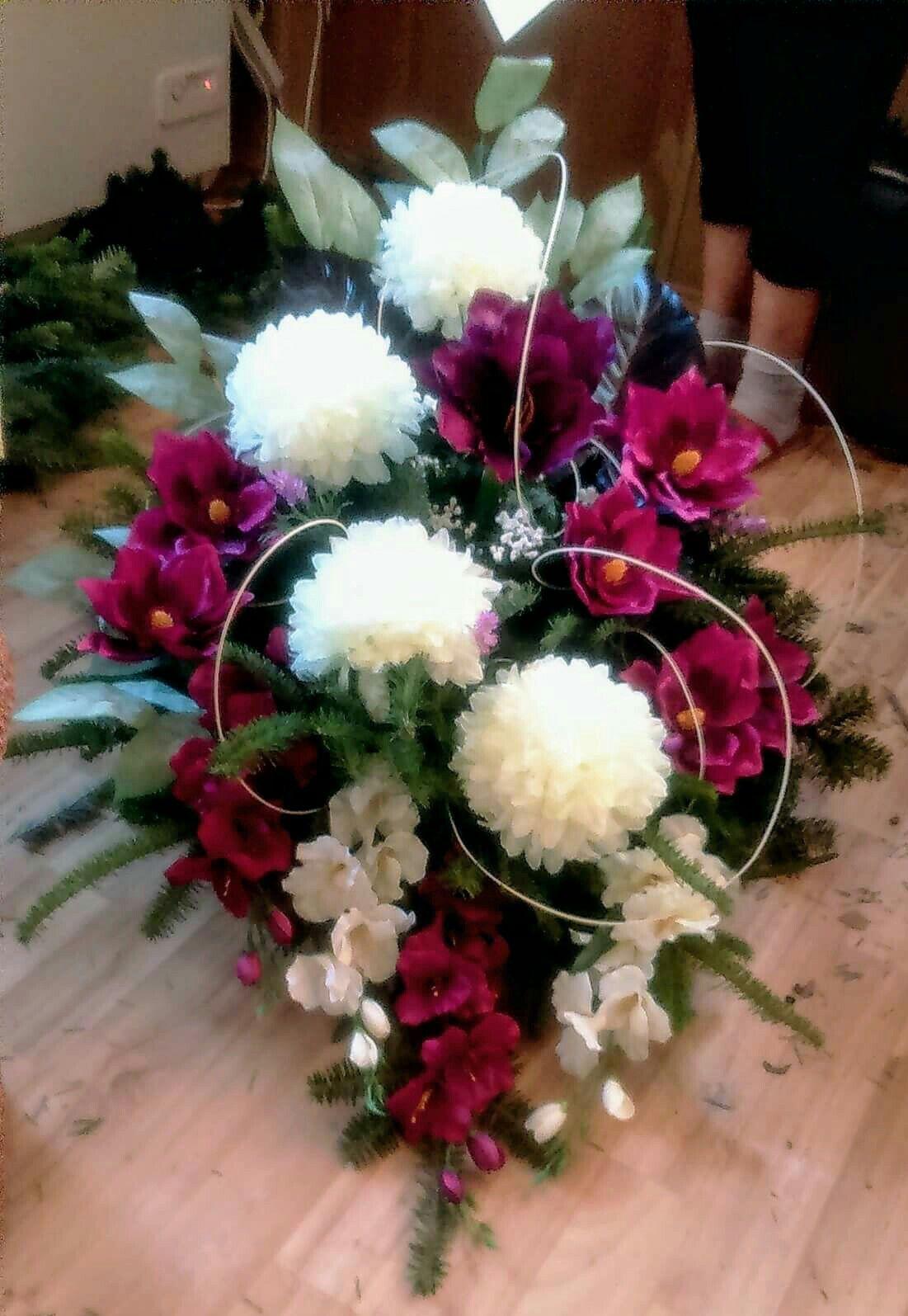 Wiazanka Na Zywym Podkladzie Bordo Wszystkich Swietych 2017 Wiazanka Diy Church Flower Arrangements Floral Arrangements Diy Flower Decorations