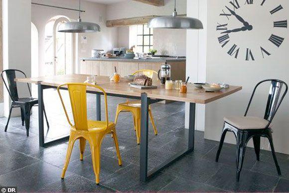 Une grande table dans la cuisine-salle à manger Bleu Canard