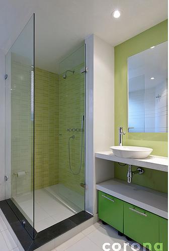 Ba o decorado con tonos de verde corona inspira for Banos decorados con ceramica